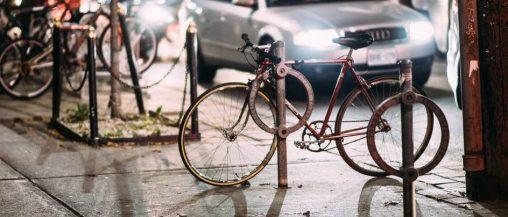 Przypięty rower miejski